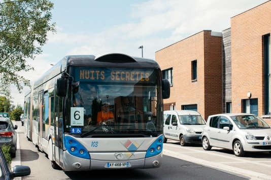 Le bus des Nuits secrètes pour le spectacle d'Albin de la Simone et Brigitte Giraud à Aulnoye-Aymeries, le 29 juillet 2017.