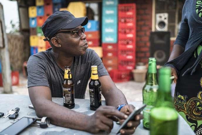 Yomi Babayemi, ici à la terrasse du café de l'Artist Village, à Lagos, garde de ses années en Angleterre un goût prononcé pour le stout.