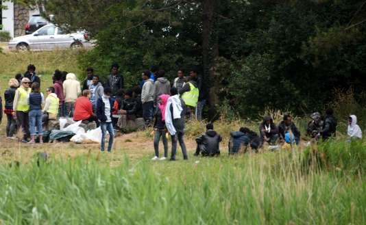 Des migrants à proximité du port de Calais, le 21 juin.