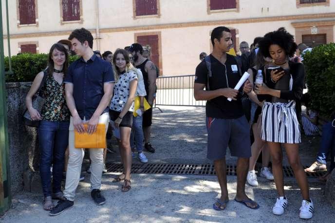 Des étudiants patientent pour s'inscrire en master de psychologie à l'université Toulouse-Jean-Jaurès, le 5juillet.