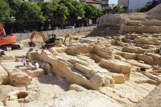 A Marseille, fouille de l'Inrap dans la carrière grecque datant du VIe siècle av. J.-C. Sont dégagés des sarcophages en cours de taille.