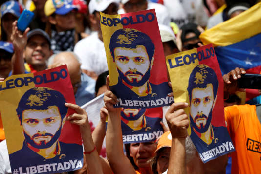 Des manifestants brandissent des affiches à l'effigie de l'opposant Leopoldo Lopez au lendemain de sa sortie de prison, le 9 juillet dernier.