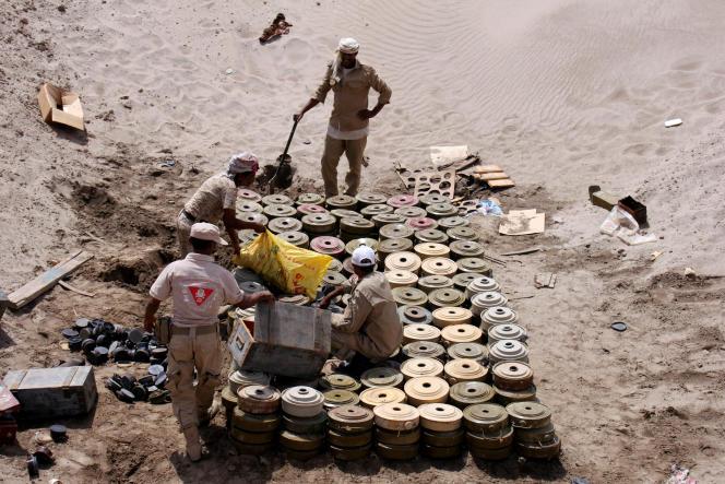 Près d'Aden, au Yémen, le 1er août 2017. Une unité de déminage de l'armée yéménite s'apprête à détruire des bombes non explosées.