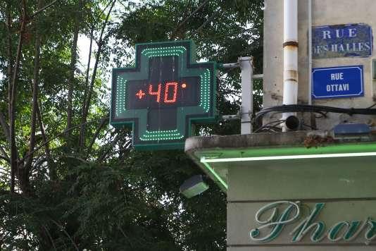 L'écran d'affichage d'une pharmacie affiche 40 °C, mardi 1er août, en Corse.