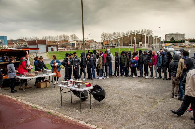 Distribution de nourriture à des migrants de Calais, en mars 2017.