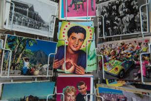 «Pour les cartes postales, j'ai quelques classeurs, mais surtout j'aime bien les voir, explique Frank Margerin. Elles sont sur des présentoirs, j'en retire, j'en mets d'autres. Il y a de tout, des vues de monuments, des reproductions de tableaux, des cartes postales publicitaires, des anciennes, des récentes…»