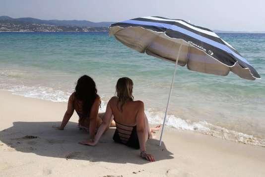 Deux femmes sous un parasol, sur une plage d'Ajaccio en Corse, mardi 1er août.