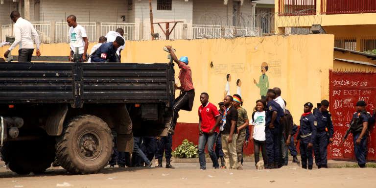 La police arrêtant des manifestants demandant le départ du président Joseph Kabila, le 31juillet 2017, à Kinshasa, en RDC.