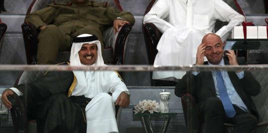 Le 19 mai 2017, à Doha. Le président de la FIFA, Gianni Infantino assiste au côté du cheikh Tamim Ben Hamad Al-Thani (au premier plan, de droite à gauche), à la Coupe de l'émir au stade Khalifa.