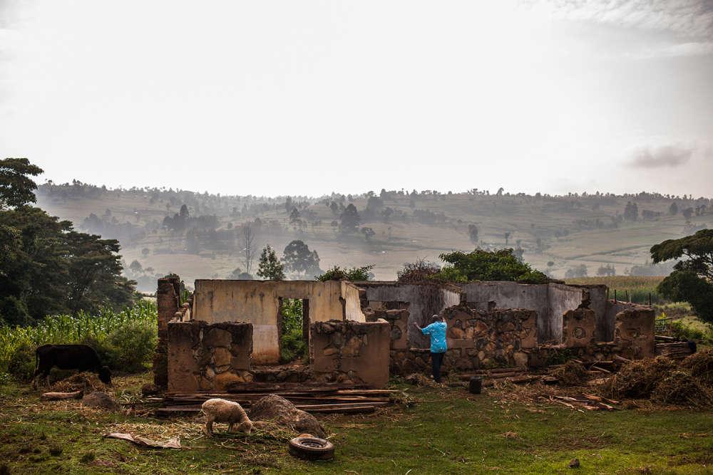En décembre 2007, le village de Kamuyu fut un des premiers à sombrer dans la violence. Le révérend Peter Gitau inspecte une des nombreuses maisons jamais reconstruites depuis.