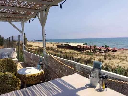 La terrasse du restaurant Le Beach à Marseillan-Plage.