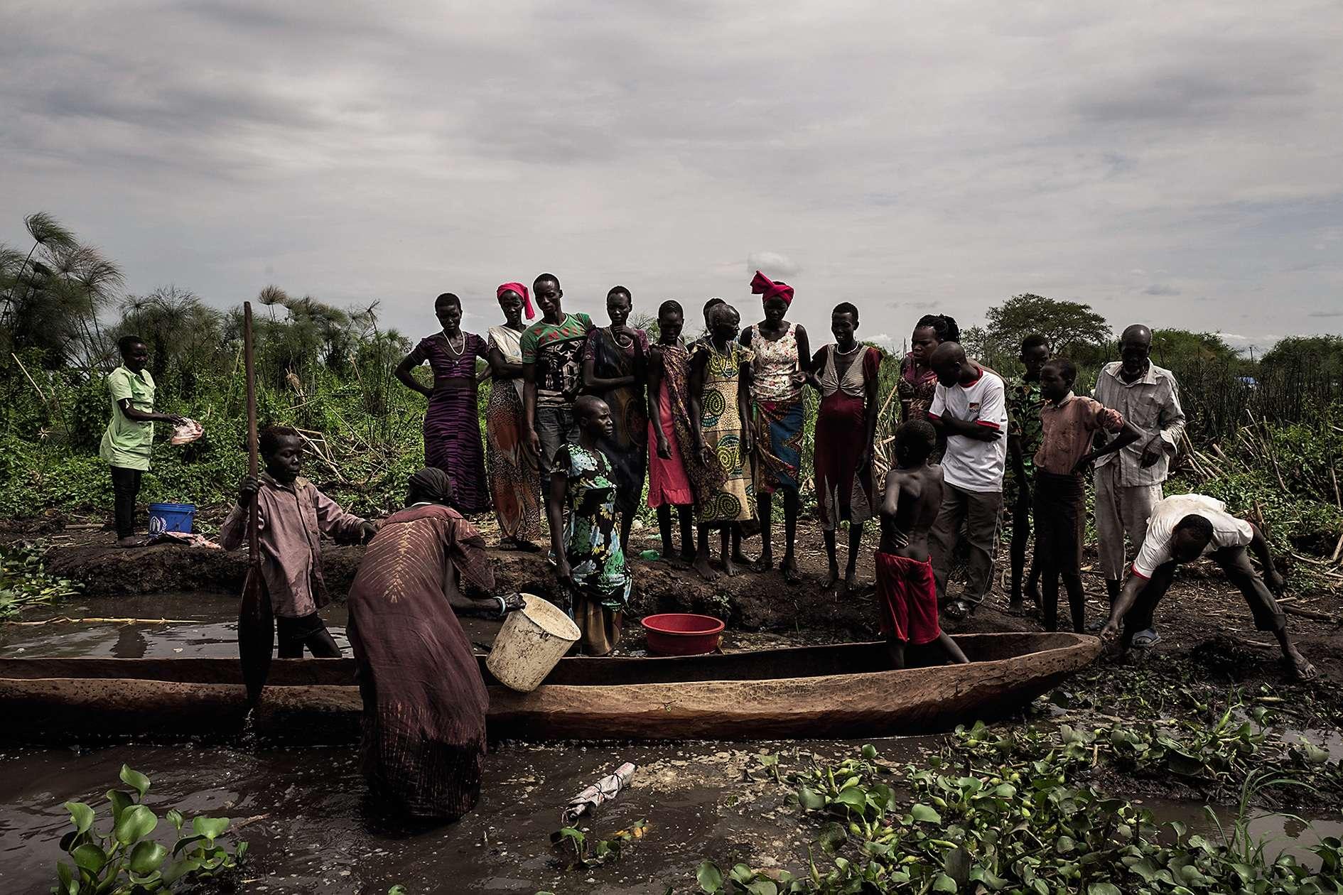 Des villageois attendent sur les bords du Nil la maigre pêche du jour.