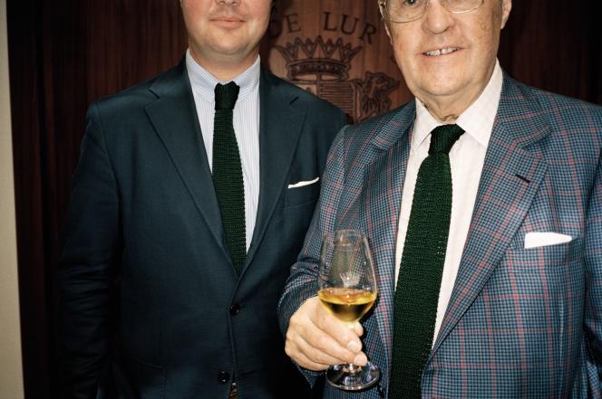 Le marquis Alexandrede Lur Saluces, maître d'œuvre dela renaissance du Châteaude Fargues, avec son fils Philippe, en juillet 2017.
