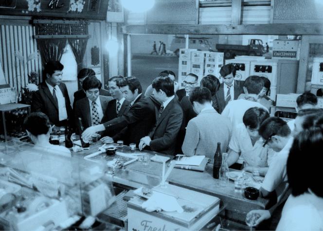 Dans une «izakaya» au Japon, en 1974.