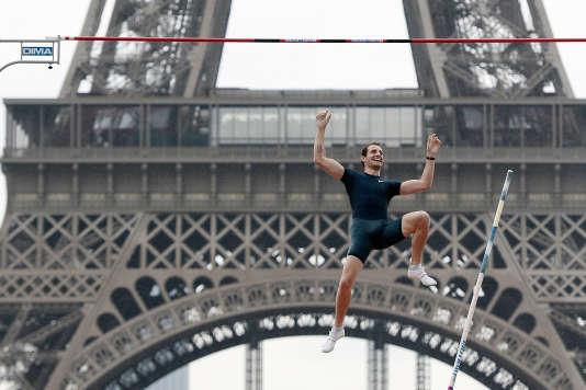 RenaudLavillenie devant la tour Eiffel, à Paris, en juin 2014.