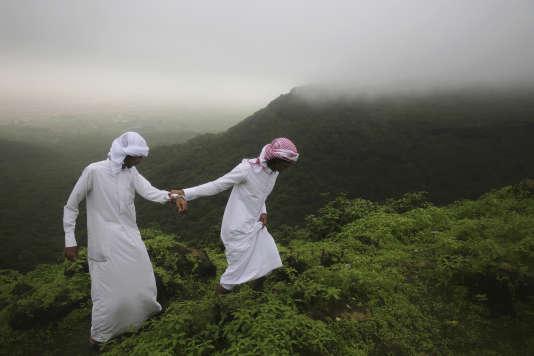Le 2 août, dans les montagnes au nord de Salalah. Deux adolescents expérimentent brume et bruine apportées par le khareef, la mousson d'été.