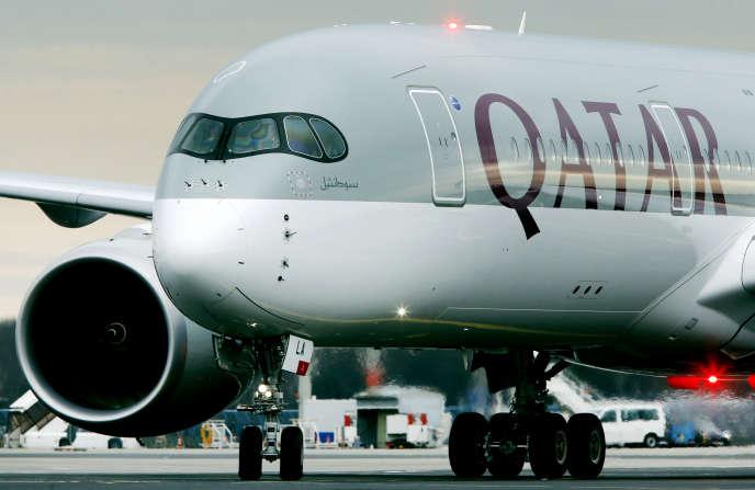 Un avion de la compagnie Qatar Airways en provenance de Doha arrive en Allemagne, le 15 janvier 2015.