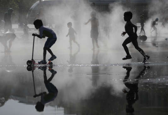Des enfants se rafraîchissent à Nice le 2 août alors que la fin de l'épisode decanicule est prévu « au plus tôt » dimanche 6 août.