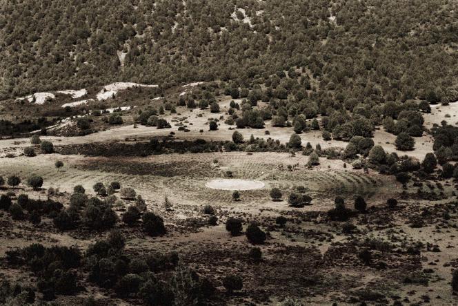 5 000 tombes disposées en rond autour d'une grande dalle de pierre, le paysage a des allures de site archéologique.