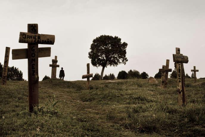 Une statue représentant Clint Eastwood se détache sur le paysage du cimetière de Sad Hill, dans la province espagnole de Burgos.