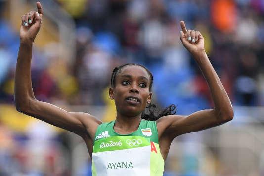 L'Etiopienne Almaz Ayana au moment de son passage sur la ligne d'arrivée du 10 000 m à Rio, le 12 août 2016.