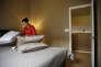 Préparation d'une chambre dans la maison d'un hôte Airbnb, avant l'arrivée d'invités à Las Vegas,le 16 février.
