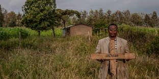Le 1erjanvier 2008, des milliers de miliciens de la tribu kalenjin ont attaqué l'église de Kiambaa, où officiait le pasteur Stephen Mburu.Plusieurs centaines de fidèles, de l'ethnie Kikuyu, avaient trouvé refuge dans sa paroisse.Les assaillants ont bloqué l'entrée de l'église avec des matelas et ont mis le feu à la chapelle.«Ceux qui s'enfuyaient étaient découpés à coups de machettes», explique Mburu.