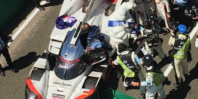 La Porsche victorieuse, n° 2, du trio Hartley-Bamber-Bernhard, le 18 juin au Mans (Sarthe).