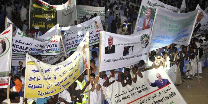 Des partisans du président mauritanien, Mohamed Ould Abdel Aziz, lors d'un meeting en faveur du« oui» au référendum constitutionnel, à Nouakchott, le 20juillet 2017.