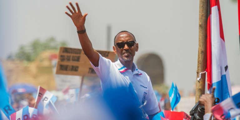 Le chef de l'Etat rwandais, Paul Kagamé, salue ses partisans lors de son dernier rassemblement de campagne avant l'élection présidentielle, à Kigali, le 2 août 2017.
