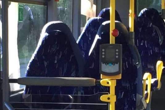 Photographie des sièges de bus publiée sur le groupe Fedrelandet Viktigst (la patrie d'abord).