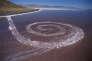 La «Spiral Jetty», de Robert Smithson dans l'Utah, ici en 2003, change d'aspect en fonction du niveau du lac.