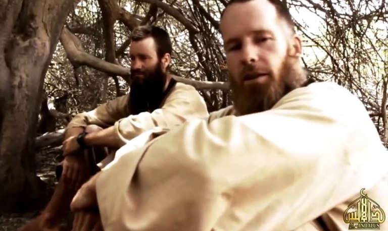 Capture d'écran d'une vidéo diffusée par les ravisseurs en 2015, sur laquelle apparaissent les otages Johan Gustafsson (à gauche) et Stephen Malcolm McGown, libéré le 29 juillet.