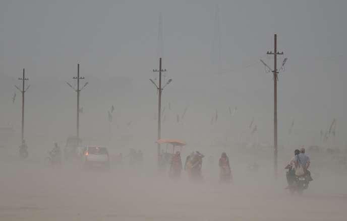 Tempête de sable à Allahabad (Inde), à la confluence des fleuves du Gange, du Yamuna et du Saraswati, le 16 juin.