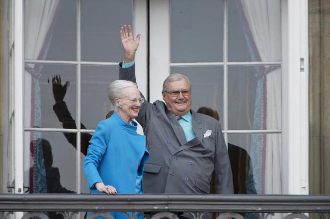 La reine Margrethe et son mari, le princeHenrik, saluent au balcon du palais Amalienborg de Copenhague, le 16 avril 2016, à l'occasion des 76 ans de la souveraine.