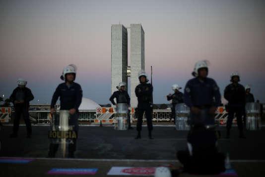 Les forces de l'ordre devant le Congrès national pendant le vote de la Cour suprême sur la mise en accusation de Michel Temer, à Brasilia le 2 août.