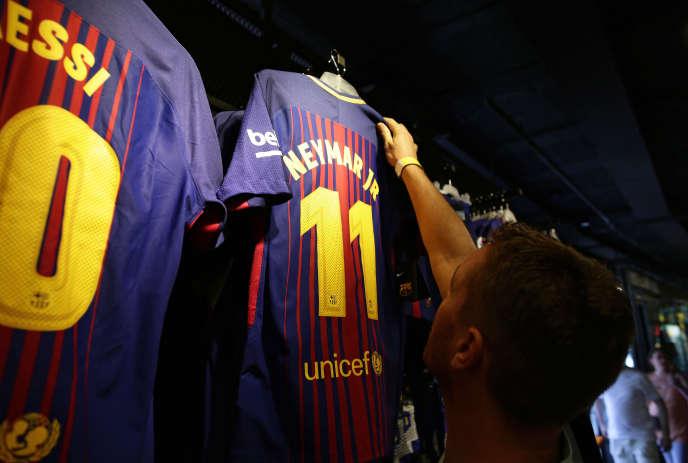 Dans un magasin près du stade Camp Nou à Barcelone (Espagne), le 2 août.