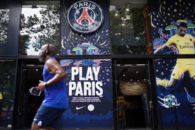 Devant la boutique du PSG, le 3 août à Paris.