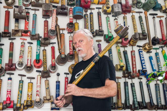 A Paris, chez lui, le dessinateur Frank Margerin, devant sa collection de pulvérisateurs d'insecticide.