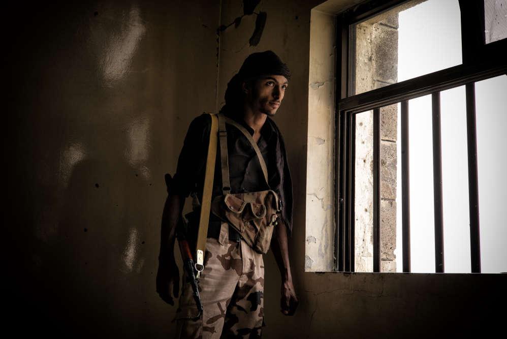 Un combattant des brigades salafistes observe les positions houthistes depuis une ligne de front. La ville de Taëz est assiégée et bombardée depuis plus de deux ans. Les victimes civiles blessées et tuées se comptent désormais par milliers.