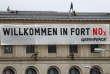 Des militants de Greenpeace installent une bannière «Bienvenue à Fort NOx» au ministère des transports, à Berlin (Allemagne) le 2 août.