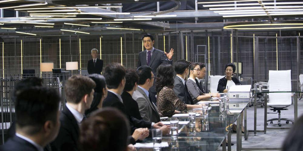 Cette chronique du capitalisme au XXIe siècle est une comédie musicale qui peut se voir en relief.Tiré d'une pièce de théâtre écrite par l'actrice taïwanaise Sylvia Chang, le filmse situe dans le temps à la veille de la faillite de Lehman Brothers et dans l'espace à Hongkong, mais un Hongkong théorique, figuré par des décors étonnants, quasiment transparents. Le cinéaste fait danser sa caméra comme à l'habitude, mais cette fois, les personnages se joignent à la chorégraphie.