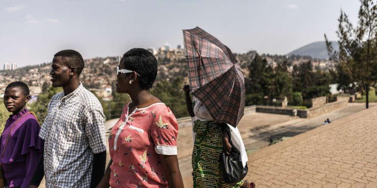 Une famille se promène à l'extérieur du mémorial du génocide, à Kigali, le 30juillet 2017.