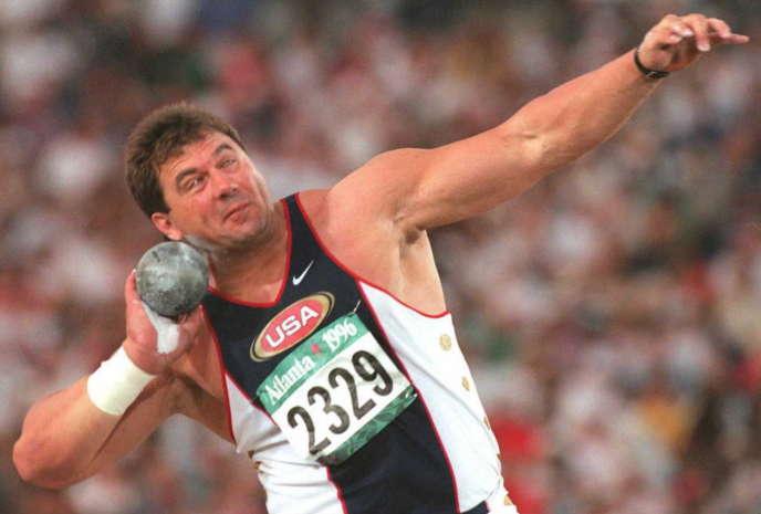 Le recordman du monde masculin Randy Barnes, ici en juillet 1996 à Atlanta, produisant une forme précoce de «dab».