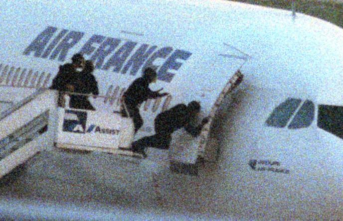 Le GIGN à l'assaut de l'Airbus d'Air France, le 26décembre 1994. Les 160passagers et les 12membres d'équipage seront libérés et les quatre terroristes tués.