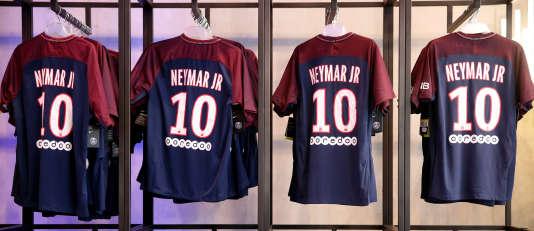 Des maillots de Neymar dans la boutique officielle du PSG.