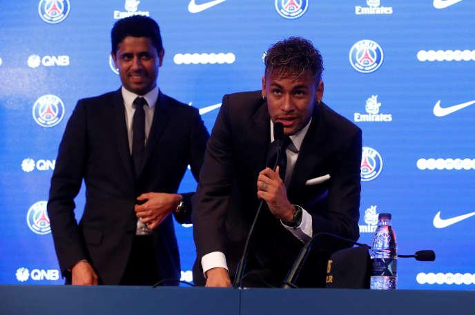 Neymar et le président du PSGNasser Al-Khelaifi, lors de la conférence de presse du 4 août.