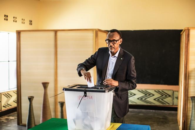 Paul Kagame, président du Rwanda, dans son bureau de vote à Kigali le vendredi 4 août 2017. La Comission électorale qui a publié les résultats le gratifie de 98% des voix.