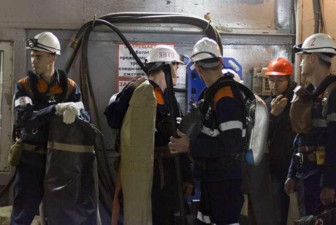 La tâche des secouristes, ici le 4 août à la mine Mir, est compliquée par la vase qui obstrue certaines galeries et doit être dégagée.