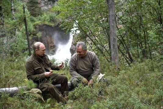 Cueillette de champignons dans les bois avec le ministre de la défense Sergueï Choïgou.